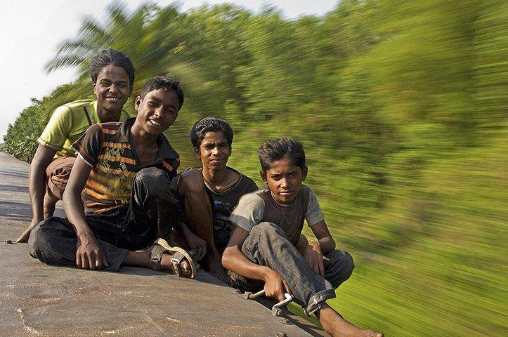 Restare (comunque) saldi mentre tutto si muove intorno.  (Ragazzi su un treno in movimento tra Dhaka e Chittagong, in Bangladesh).  Ph: Dominic Burdon