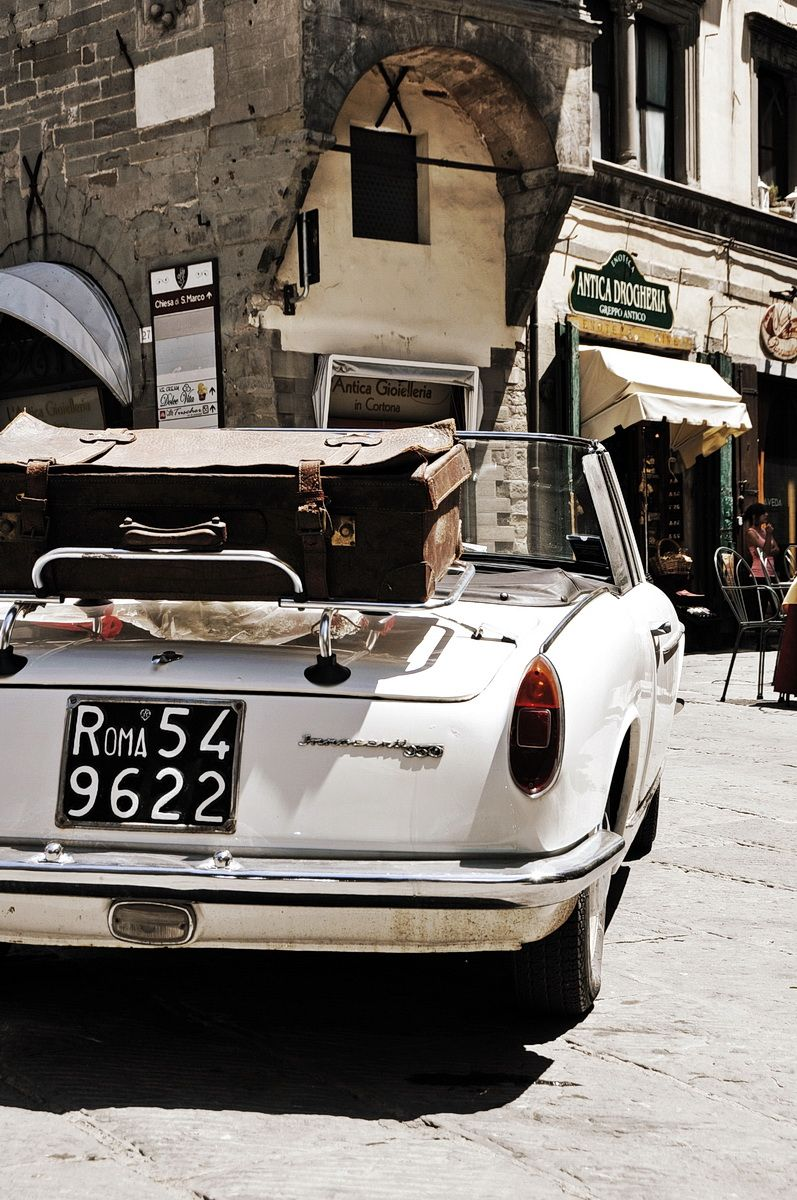 Photo of Cortona, Italy – macchina con targa Roma