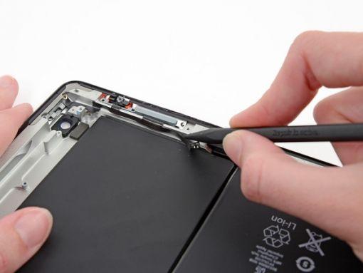 Schritt 54 -       Lösen Sie den Kleber durchs Bewegen der Spitze eines Spudger unter dem Power- und Lautstärke-Kabel.