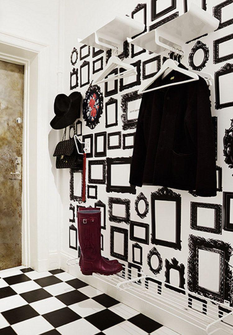 une entr e noire et blanche graphique avec un papier peint orn de cadres dessin s la photo de. Black Bedroom Furniture Sets. Home Design Ideas