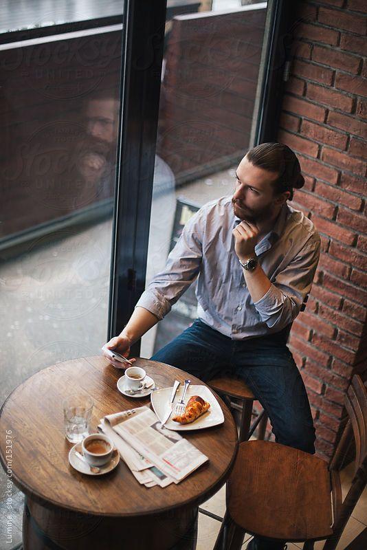 Man At A Cafe By Lumina S Izobrazheniyami Muzhskie Modeli Pozy