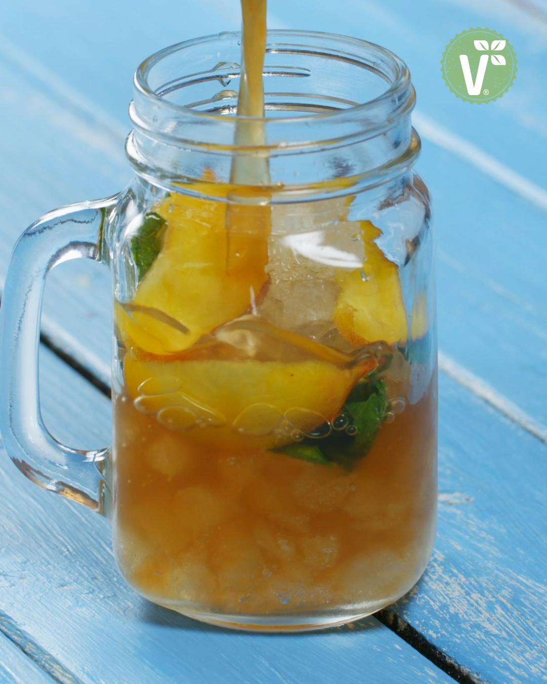 Fruchtiger, eisgekühlter Pfirsich-Eistee mit frischer, marokkanischer Minze – ein tolles Rezept für den Sommer!