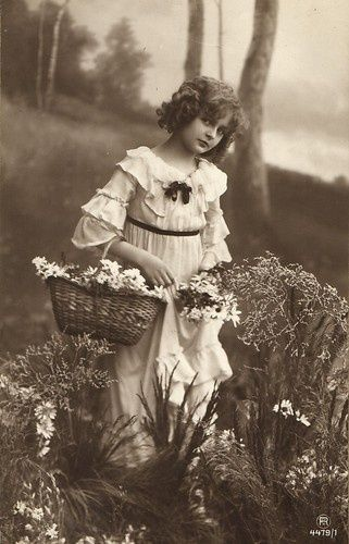 EDWARDIAN Era REAL PHOTO  PoSTCARD Adorable Portrait of A Sweet Little Girl With A Basket of Daisies