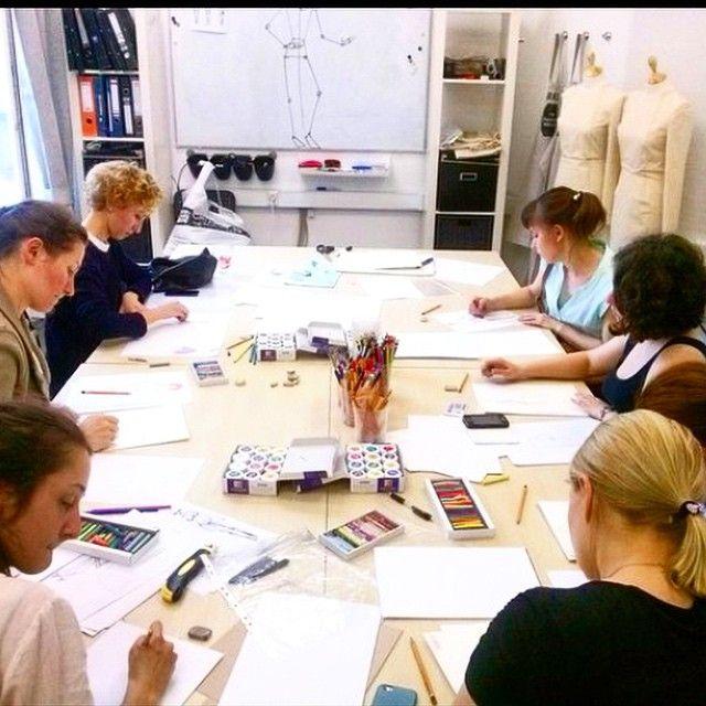 Днем кипит основная часть работы, а вечерлм часы #Fashion_иллюстрация у группы интенсив.