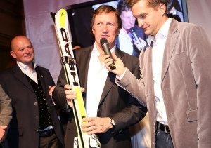 Franz Klammer 60 igster Geburtstag im Pulverer - ein neues Paar Ski zum Geschenk - hier mit Moderator Oliver Polzer #fk60