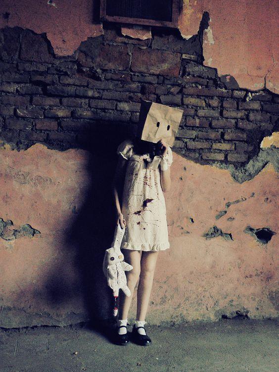 Ero una ragazza qualunque, e questa era la delusione più grande di tutte: su di me non splendeva nessuna aura di grandezza.