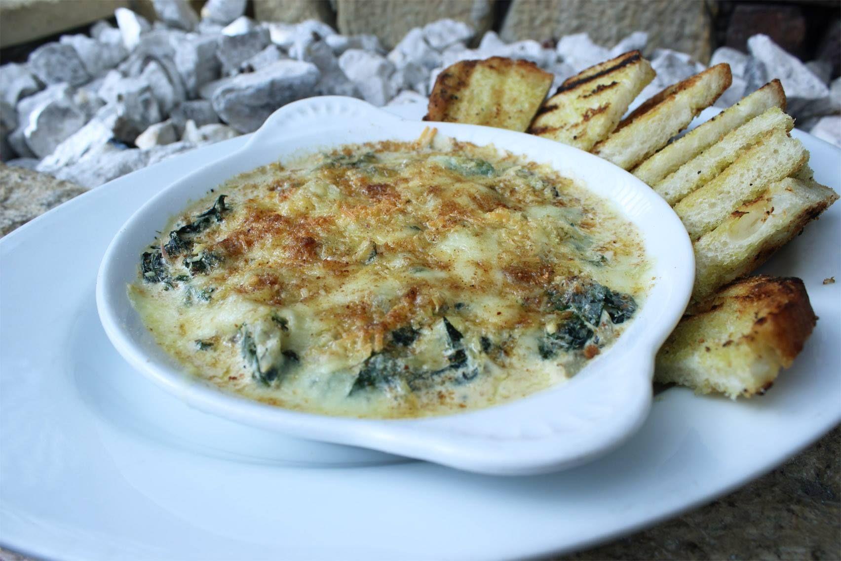 Nuestro Dip de Alcachofa y Espinaca Gratinado con Pan Rustico para empezar semana!!!   http://daniel.com.co/menus