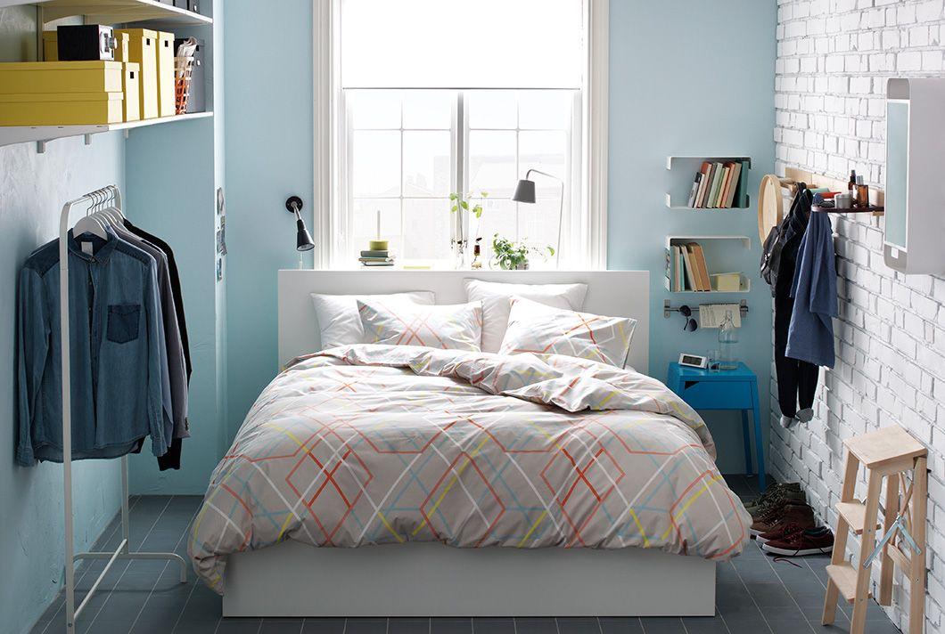 Dormitorio peque o con cama doble soporte para ropa estantes ganchos espejo l mparas y - Soportes para espejos ...
