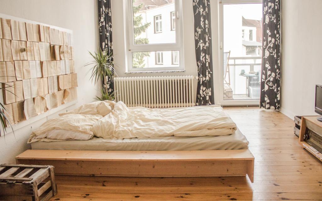 schlafzimmer einrichtung gro es doppelbett mit ablagefl che und deko aus alten b chern. Black Bedroom Furniture Sets. Home Design Ideas