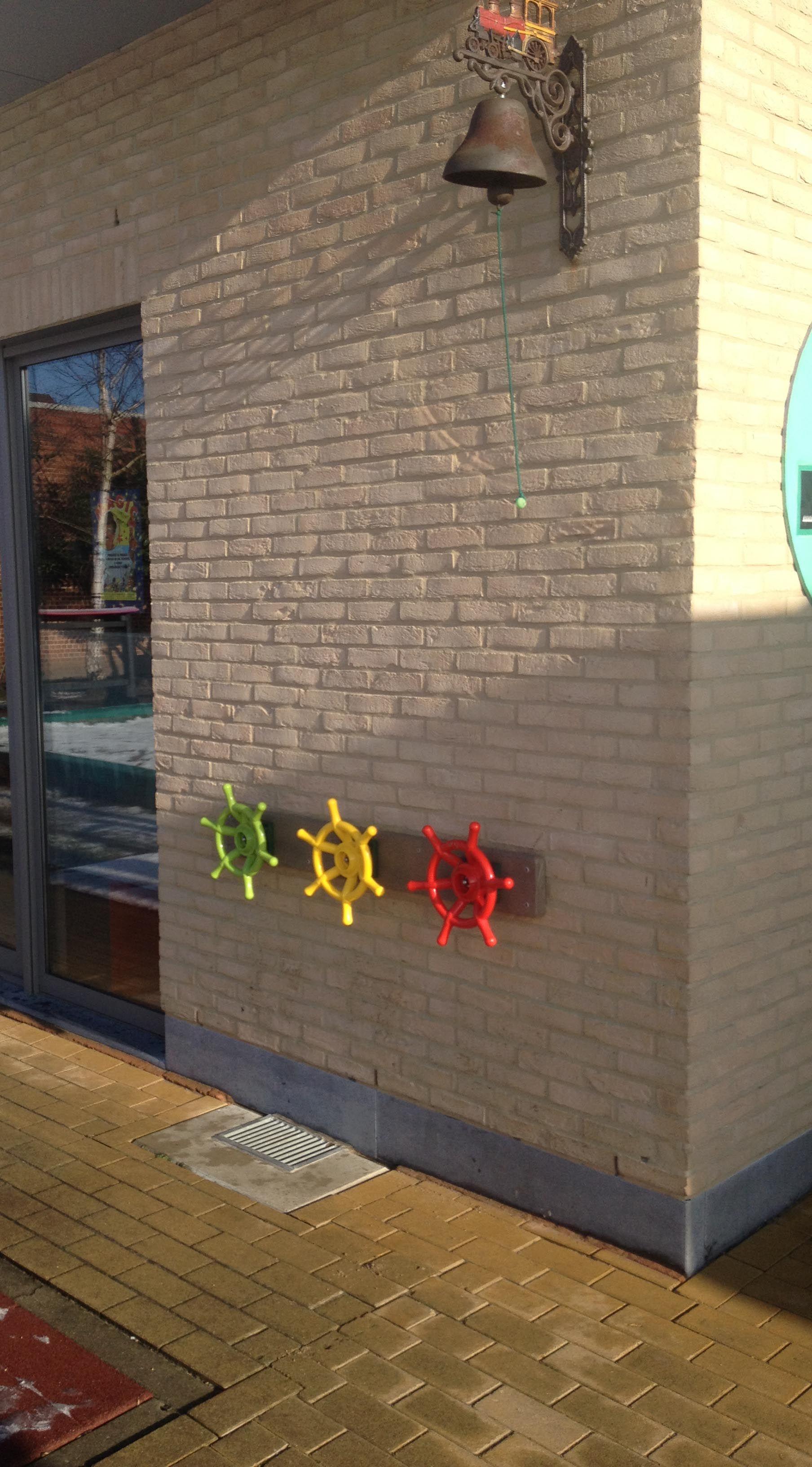 Plank met 3 roeren ( Govaplast Play ) op gemeentelijke basisschool van Kallo. (via www.speelplaatsmeubel.be)