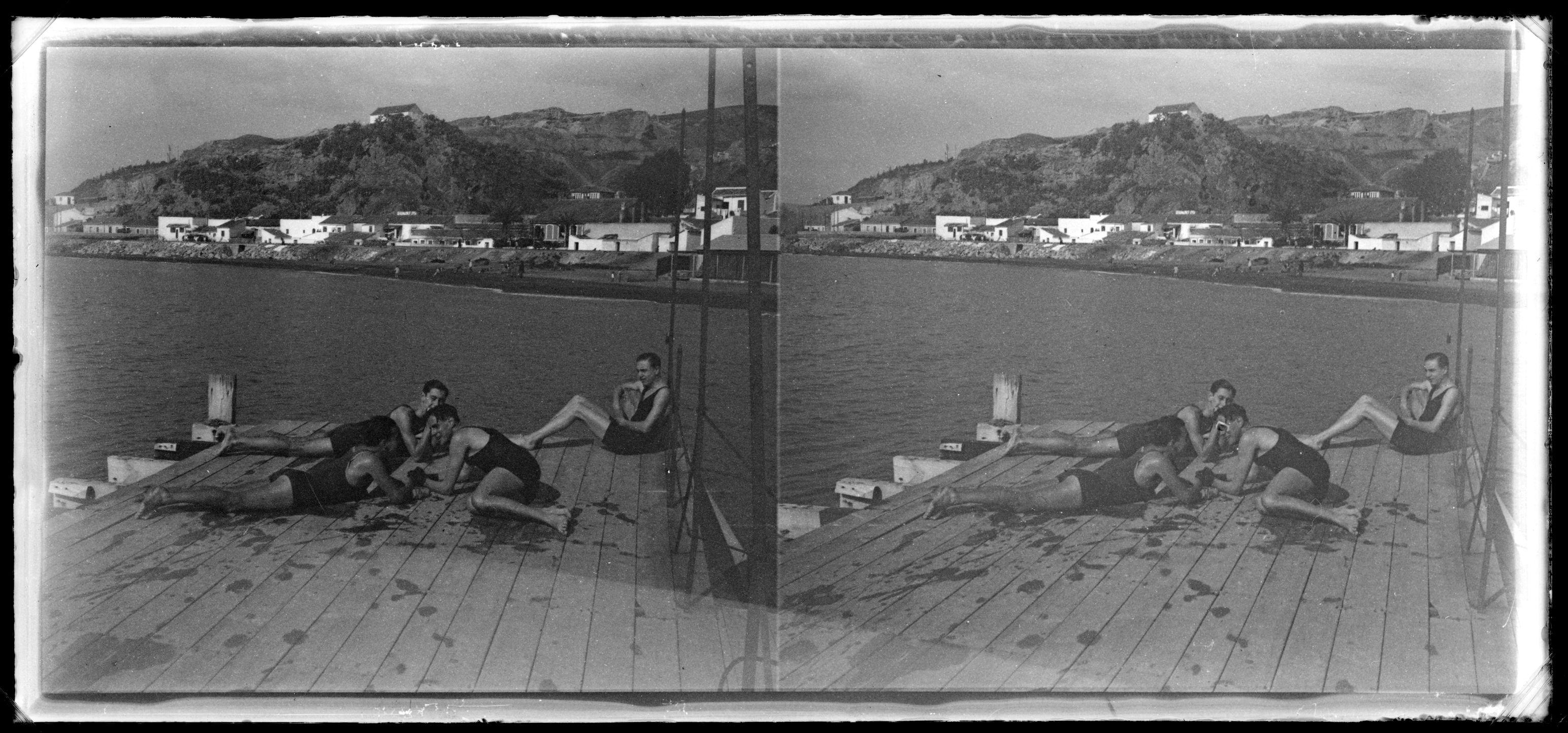 Fotografías Personales: Grupo de amigos en la playa. Málaga. Negativo estereoscópico de gelatino-bromuro sobre placa de vidrio, 6x13 cm. http://aleph.csic.es/F?func=find-c&ccl_term=SYS%3D000067893&local_base=ARCHIVOS