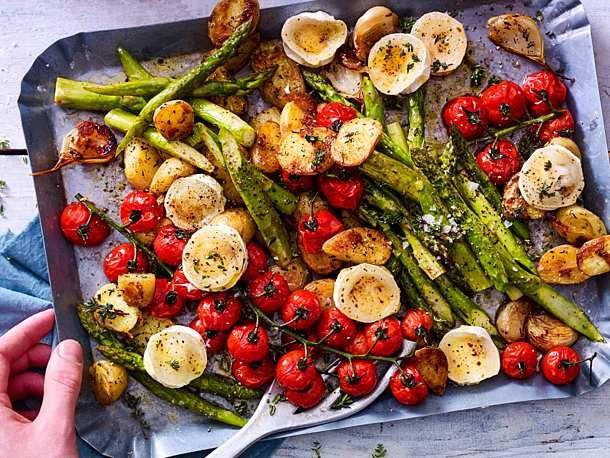 Spargelsalat vom Blech mit neuen Kartoffeln und Ziegenkäse Rezept | LECKER