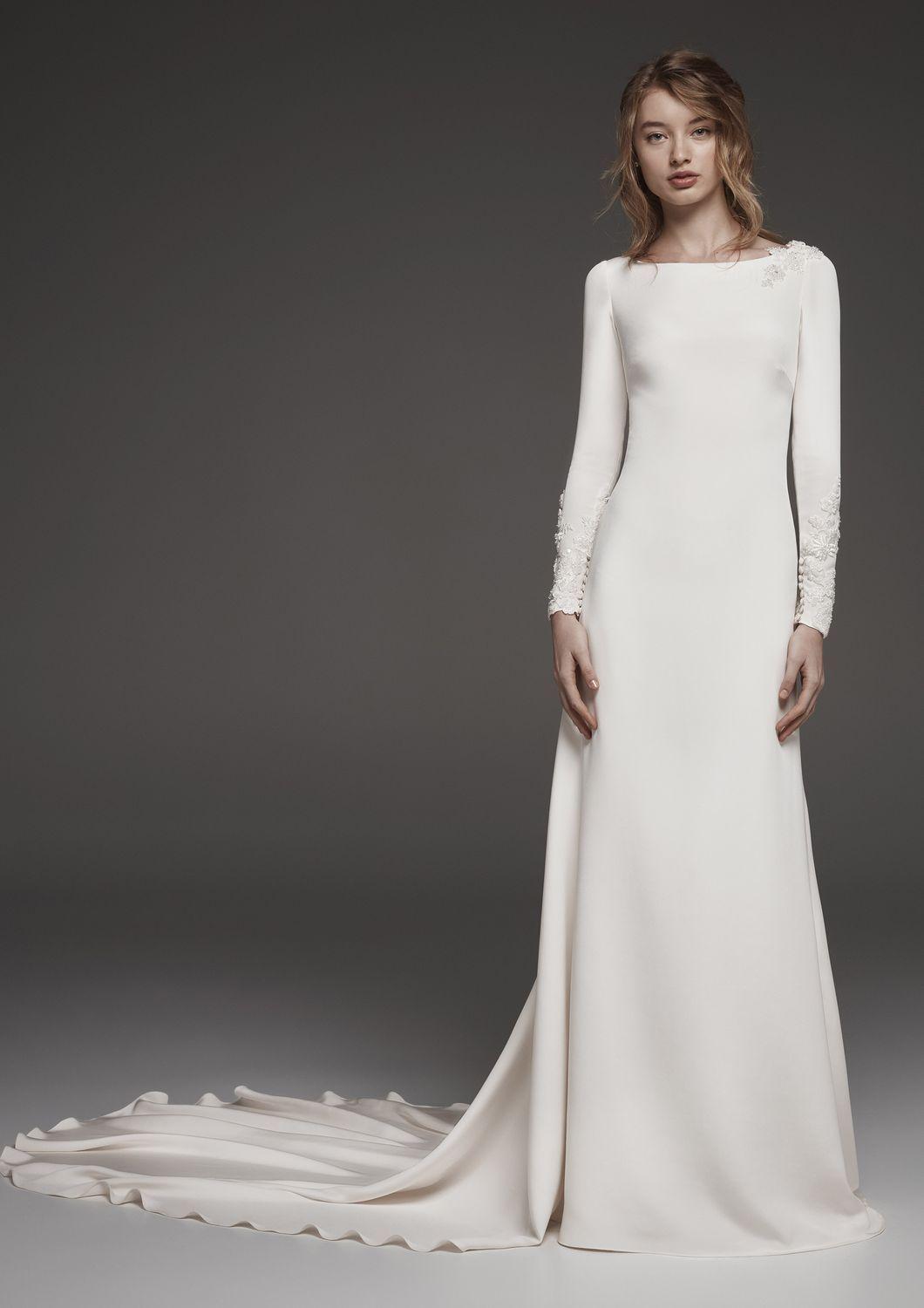 3c4bcf8025f Le modèle Huarte de Atelier Pronovias collection 2019 est une robe de mariée  droite en satin avec décolleté dans le dos et manches longues. Existe en  ivoir