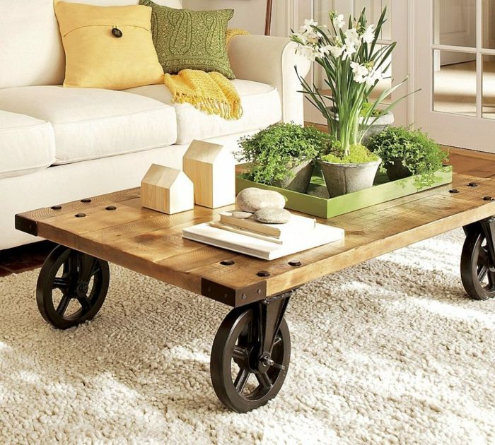 muebles con palets, mesa de madera reciclada con ruedas de metal