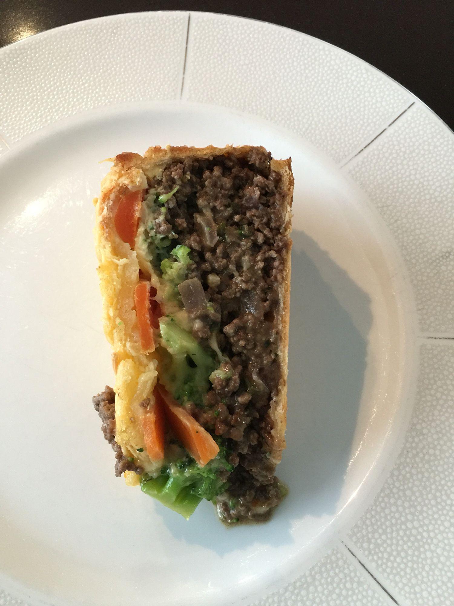 Een quiche met gehakt, ui, knoflook, broccoli, wortels, geraspte oude kaas en 5 eieren. 25 min op 220 graden.