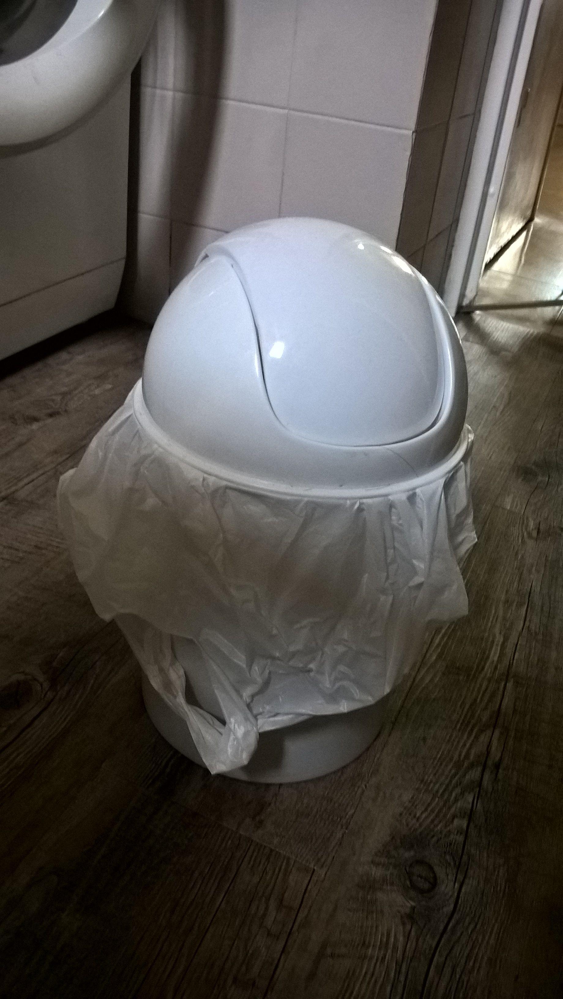 Poubelle blanche simple / déco sdb cappuccino et bois | salle de ...