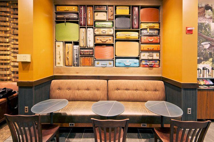 Les plus beaux cafés Starbucks du monde : Mur de valises à l'aéroport de Washington