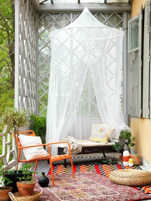 Balkongestaltung Baldachin Tagesbett Stühle Teppich | Balkonideen ...