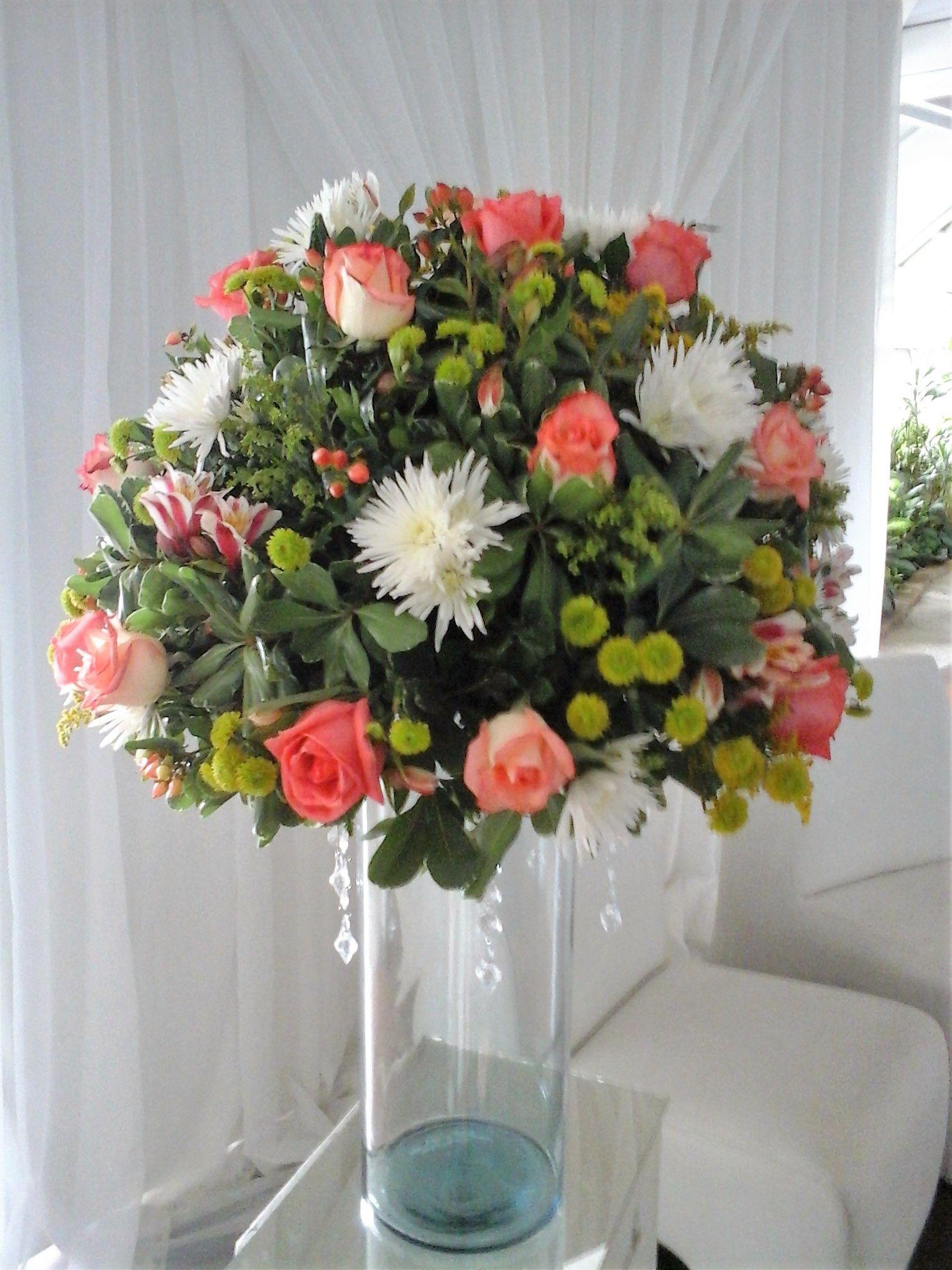 Centro De Mesa Alto En Cilindro Flores Rosas Coral Bicolor Pinquips Crisantemos Hipericum Y Follaj Centro De Mesa Alto Centros De Mesa Decoracion Bodas