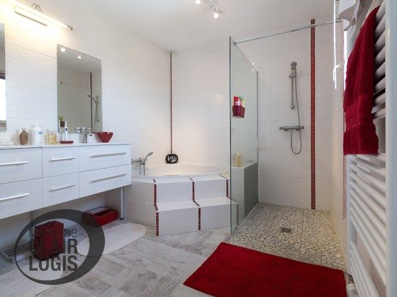 Salle de bain moderne avec douche et baignoire d\u0027angle Maison