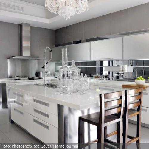 Weißer Lüster und Küchenblock in moderner Design-Küche roomido - küche mit küchenblock