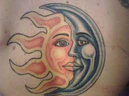 SOL E LUA O Sol precisa da Lua e a Lua precisa do Sol: a ideia de serem complementos é ótima para a tatuagem. O tamanho pequeno é discreto e fica bem escondidinho entre os dedos.