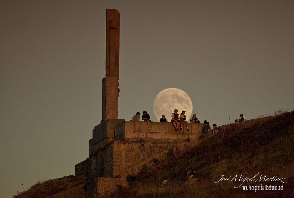 https://flic.kr/p/y35xxS   La Superluna de Agosto   Aquí os dejo una foto de la pasada luna llena de Agosto en perigeo, fotografiada desde los acantilados del Faro de Santander, parecía un bicho raro ya que todos hacían la foto al revés, al atardecer.