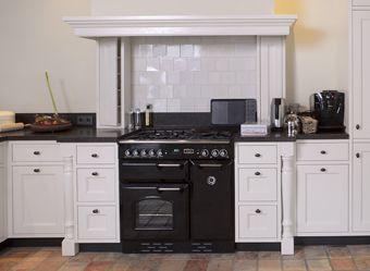 Met een blad van belgisch hardsteen is deze warm moderne keuken