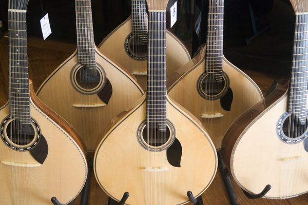Boa tarde! Quer comprar uma guitarra portuguesa? Venha fazer a sua escola ao Salão musical de Lisboa. Consulte o nosso site www.salaomusical.com