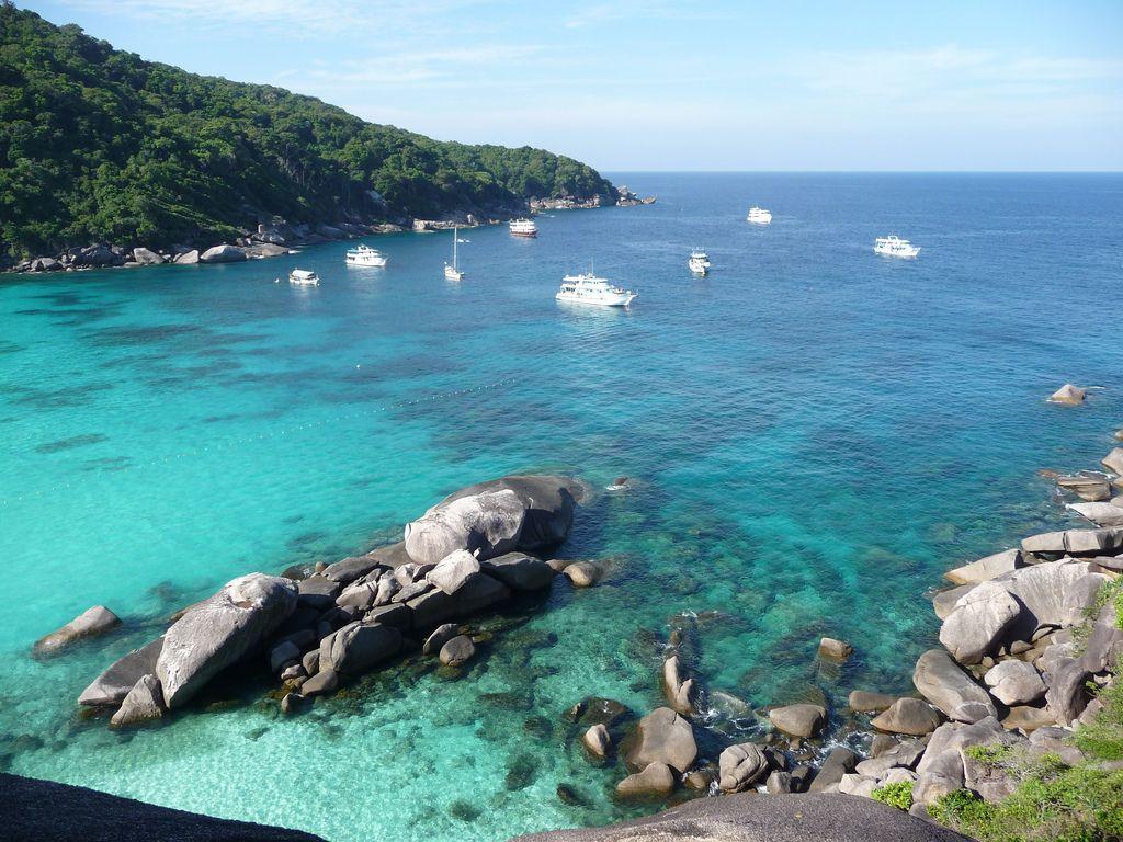 Un viaje a las Islas #Similan nos transporta a uno de los últimos paraísos sin intervenir por el hombre, además de uno de los mejores lugares de buceo de #Tailandia y de todo el planeta. Se visita en excursiones de un día o en cruceros de hasta cuatro días por las islas (partiendo desde #Phuket, Khao Lak y #Ranong).