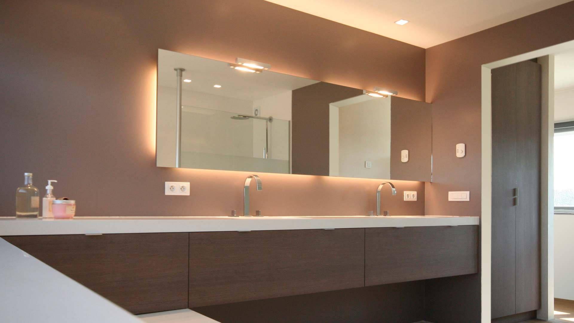 badkamermeubel op maat half zwevend half op het bad rustend