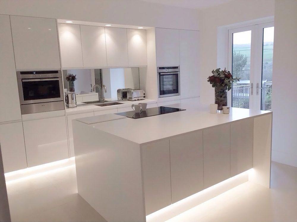 Immagine Cucina Moderna Con Isola Bianca E Stupenda Illuminazione Integrata Nella Parte Modern Kitchen Design Modern Kitchen Island Integrated Handles Kitchen