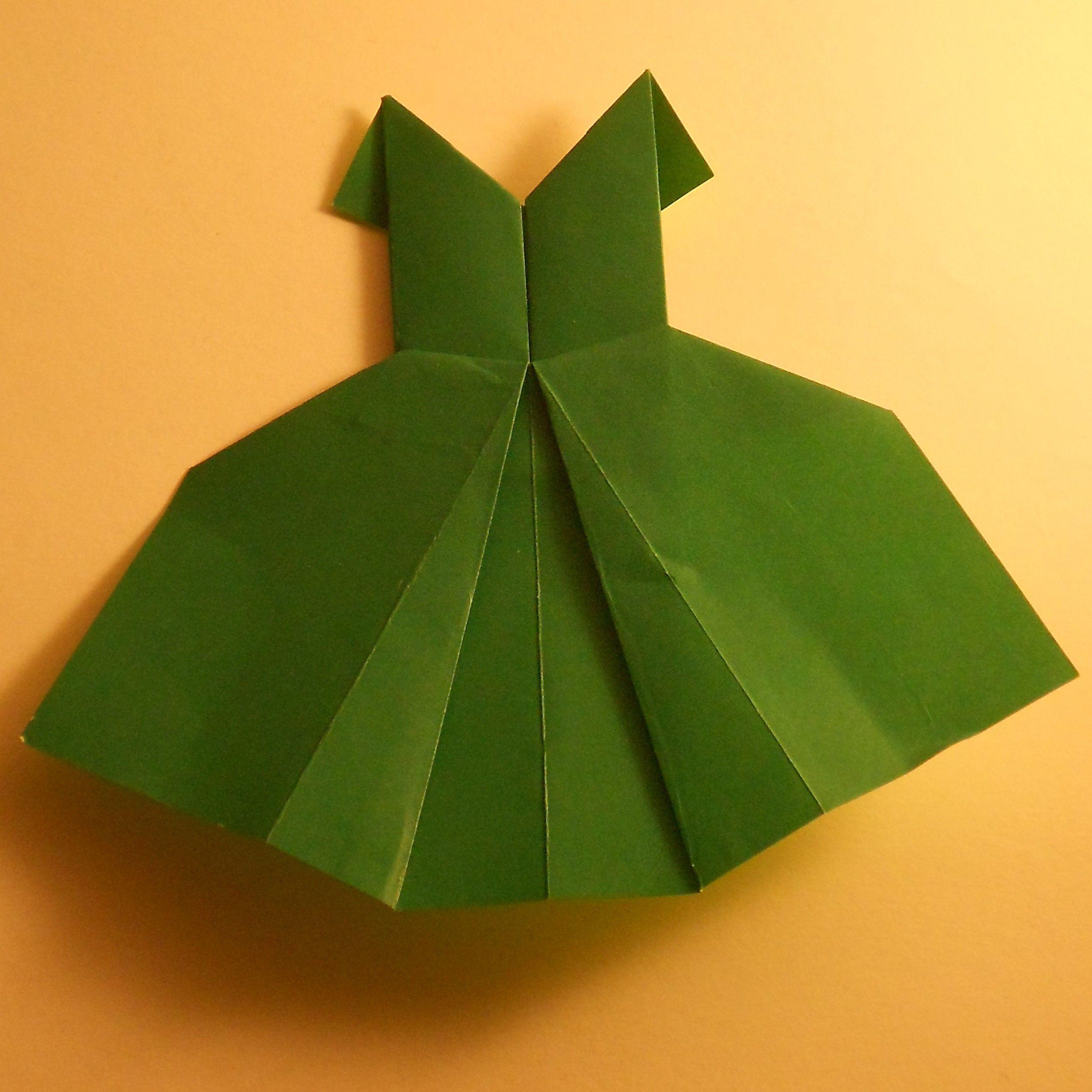 ein Ballkleid aus Origamipapier