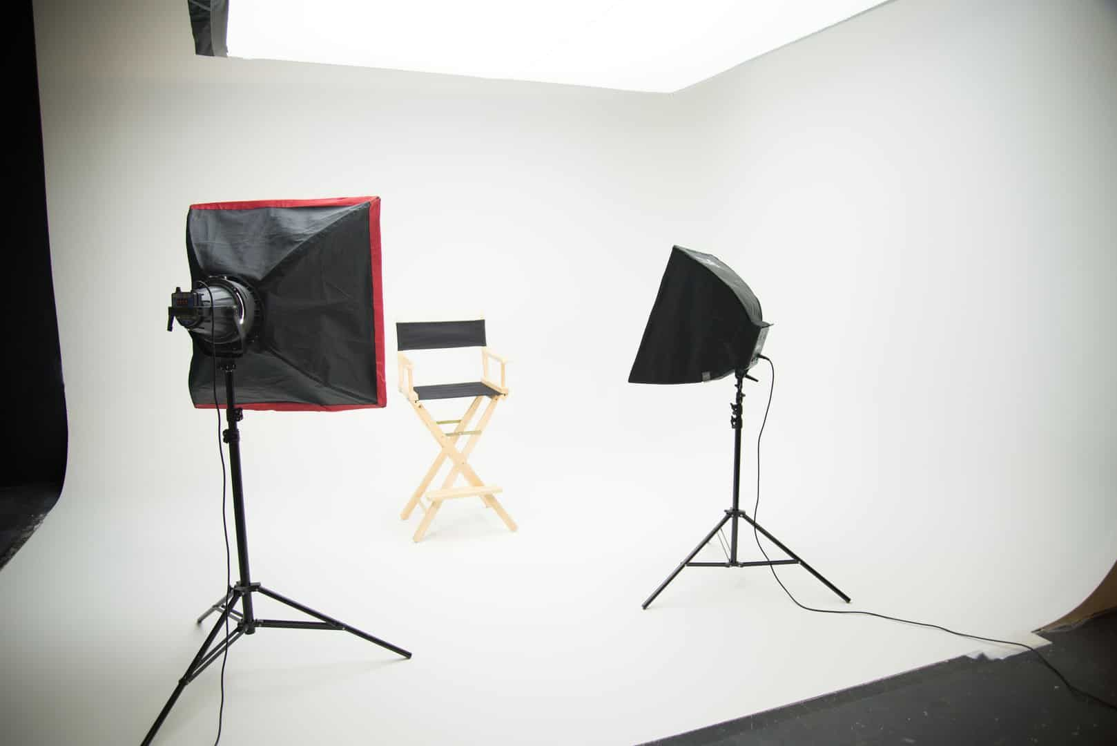 A White Cyclorama Wall Or Cyc Wall Or Infinite Wall Is A Construction With Two Planes Smoothly Merging Horizontall In 2020 Simple Lighting Virtual Studio Video Studio