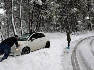 Nieve lleva muertes y angustia a Europa