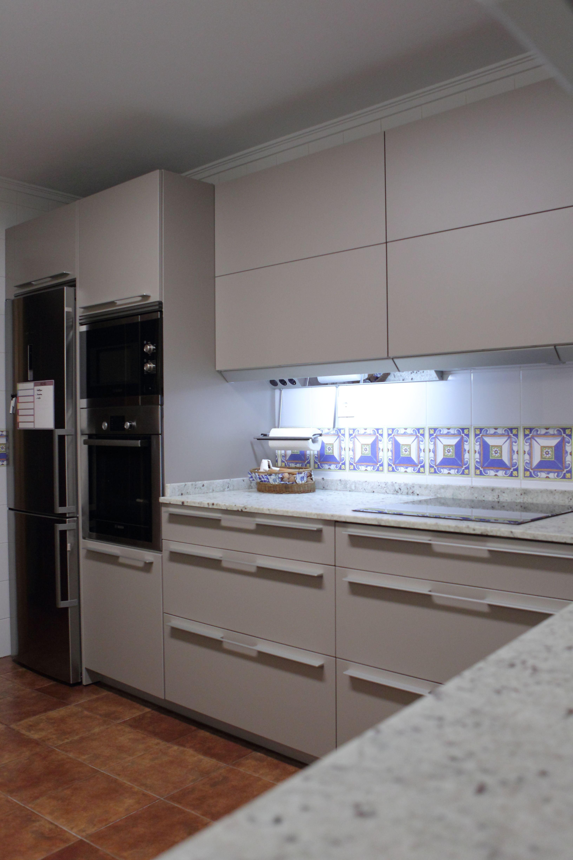 Cocina SANTOS Ariane Gris Arena, con tirador Aluminio 294, encimera ...