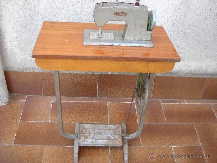 Bonita y antigua máquina de coser de juguete ( funciona y cose ) - Foto 1