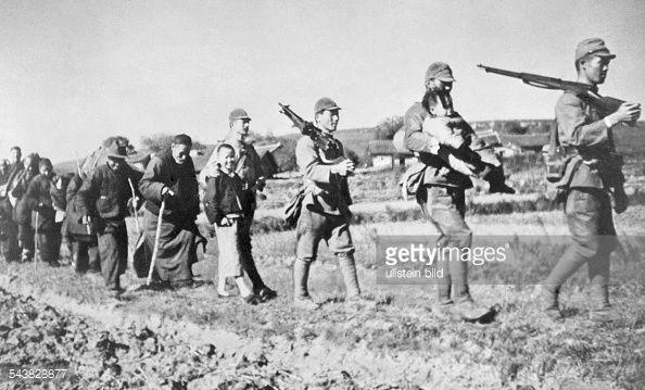 日本兵が警備しながら戦闘中避難していたシナ人が村に戻っていく様子 ...