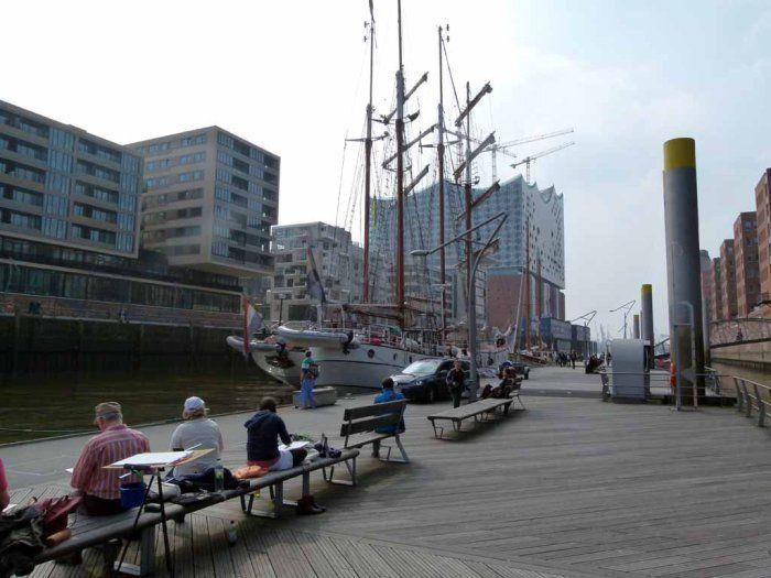 Malreise Hamburg – unser erster Tag in der Hafencity | Malreise Hamburg – unser Motiv die Windjammer und die Silhouette der Hafencity (c) Frank Koebsch