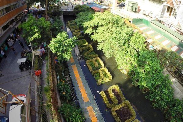 На сильно загрязненной реке Пасиг (Филиппины) был размещен необычный плавучий билборд из травы, которая абсорбирует токсичные материалы и способствует очищению воды. Подробнее: http://adindex.ru/news/creative/2014/06/6/111205.phtml