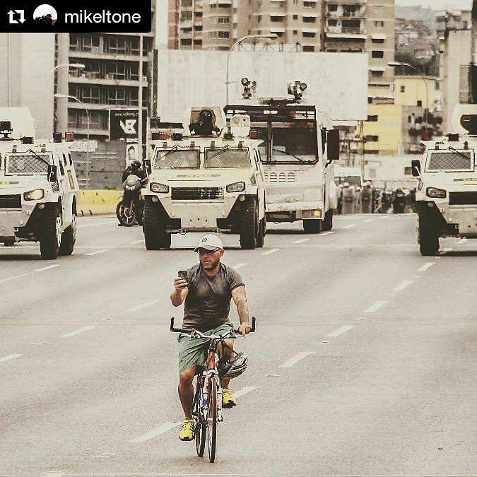 Foto de @mikeltone Send a text message #ccs #caracas #caracascamina  Dale relajado que vienen los esbirros. #Caracas #Venezuela #represión #canon #canonphotography #light #elnacionalweb #ig_caracas
