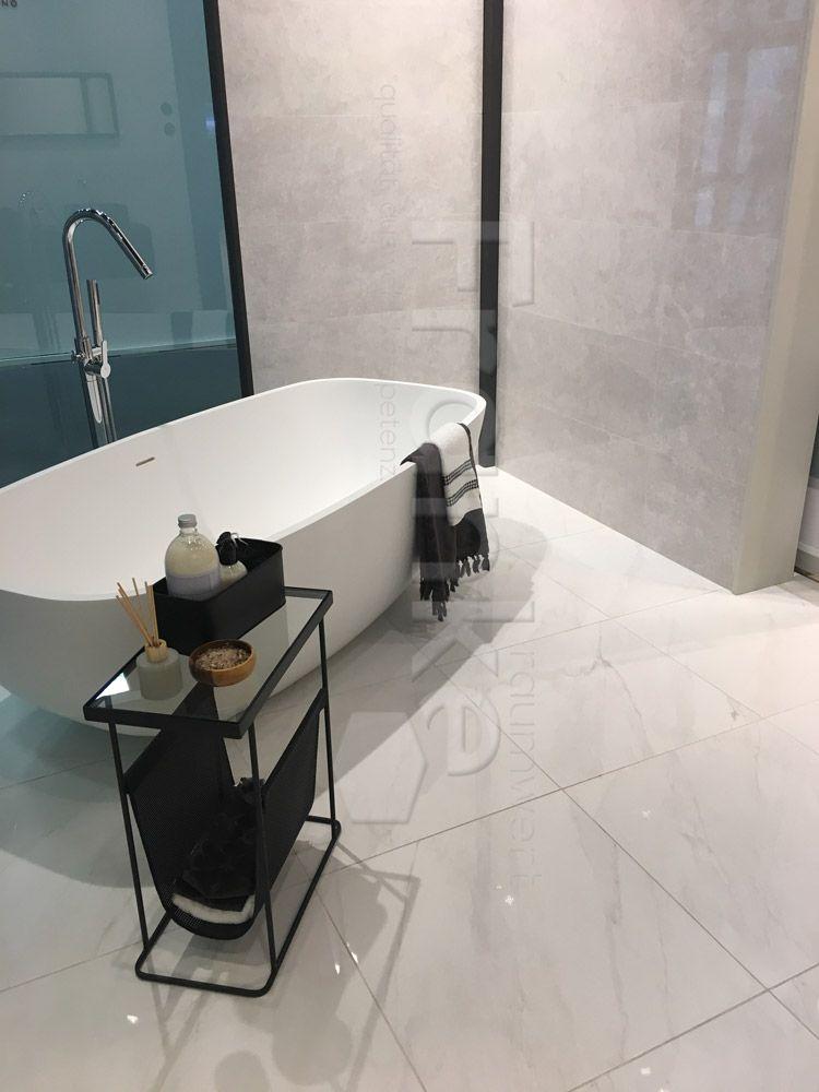 Fur Ein Klassisches Und Modernes Ambiente Fliesen In Natursteinoptik Baustelle Badewanne Badezimmer Bad Wohlfuhl Fliesen Schoner Wohnen Home Interior