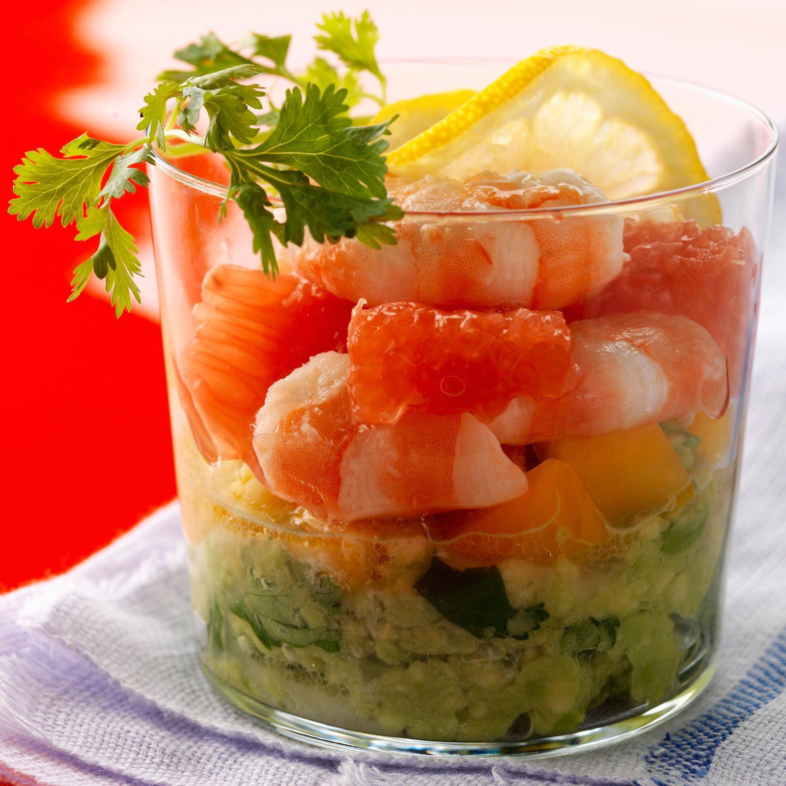 Découvrez la recette Verrines crevettes, avocat, pamplemousse rose sur cuisineactuelle.fr.