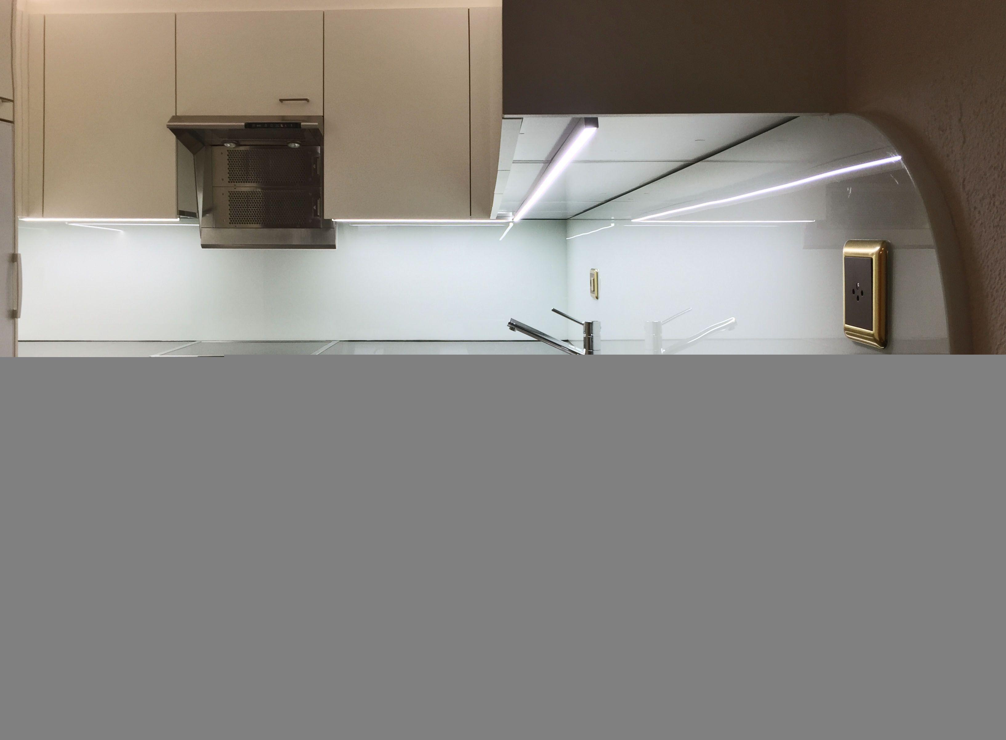 Glas Küchenrückwand Mit RAL9010 Lackierung Auf Floatbasis In 3 Teilen.