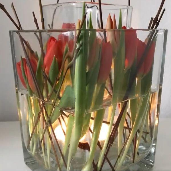 �Tulpen und Weidenzweige im Kerzenschein