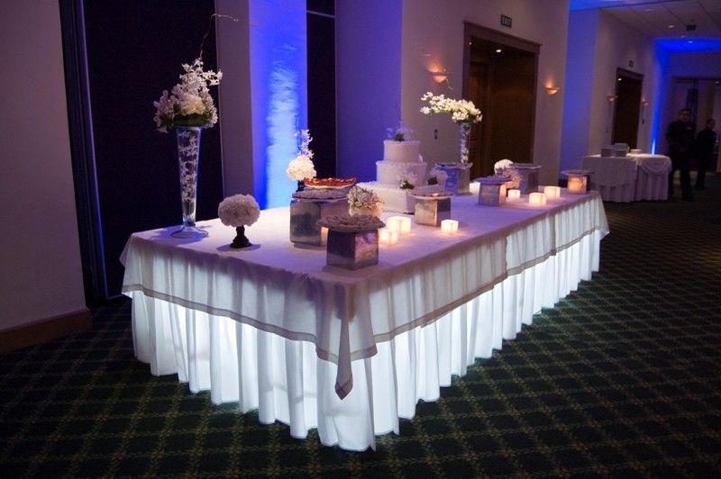 Enmarcando la mesa unos preciosos arreglos altos en bases - Cristales para mesas redondas ...