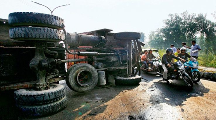 5 killed in bus-container collision in Maharashtra