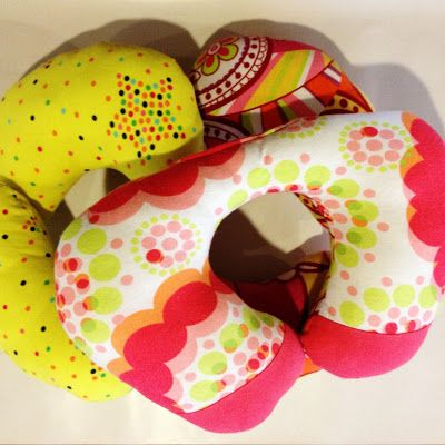 coussin pour la voiture tuto et patron couture pinterest oreillers de voyage les. Black Bedroom Furniture Sets. Home Design Ideas