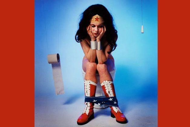 Anche Wonder Woman va al cesso. Luogo di grande ispirazione creativa.