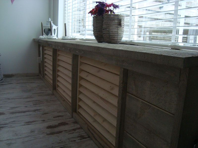 Radiatorombouw van houten jaloezien en steigerhout